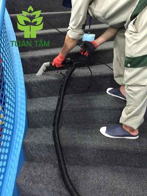 Thi công giặt thảm cầu thang